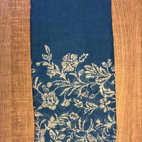 Lenço azul com estampa floral branca comprado na áfrica do