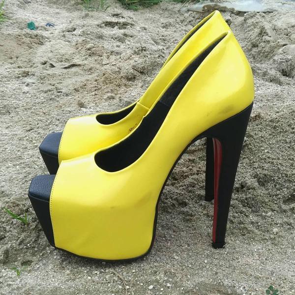 Peep toe amarelo com sola vermelha
