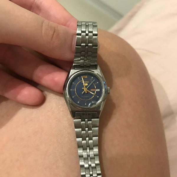 Relógio de prata marca seiko feminino possui um defeitinho