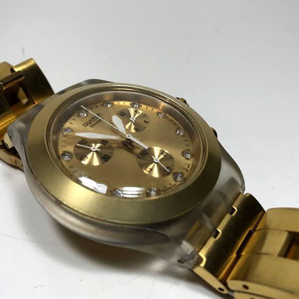 Relógio de pulso dourado swatch irony