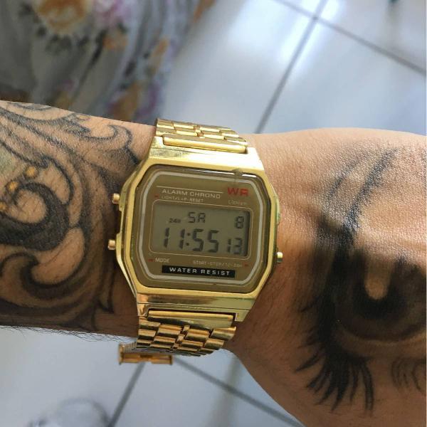 Relógio estilo casio vintage dourado