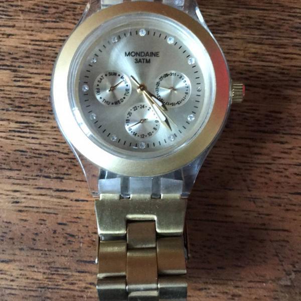 Relógio mondaine dourado