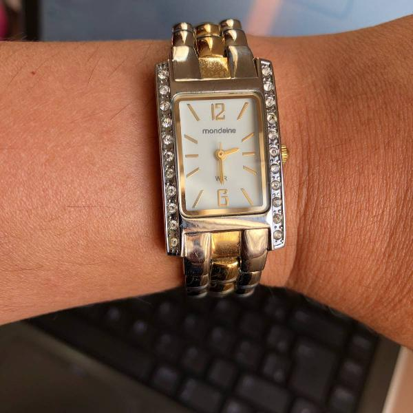 Relógio mondaine prata e dourado com pequenos cristais