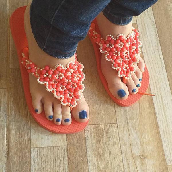 Sandálias havaianas em pedraria.
