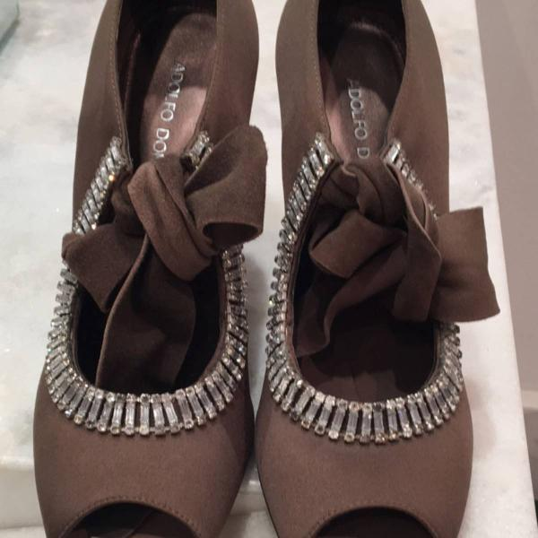 Sapato para festa em strass e cetim marrom