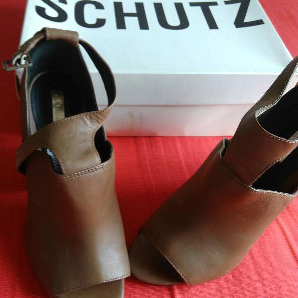 Sapato schutz com lindo detalhe dourado no salto, tamanho 36