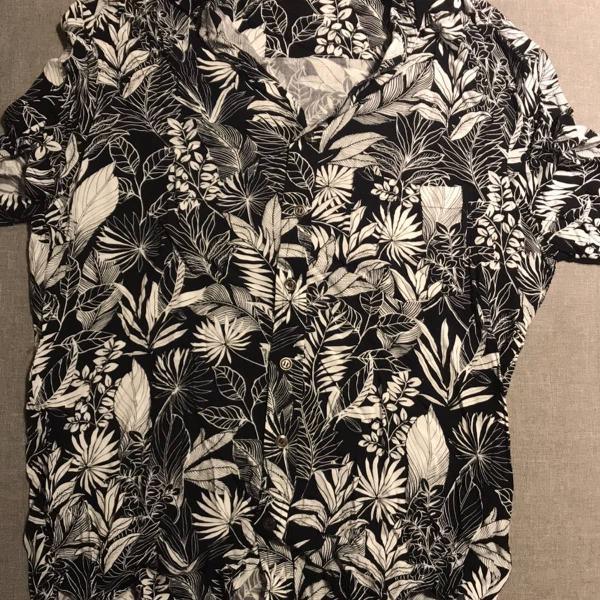 Camisa de manga curta full print em branco e preto tam p da