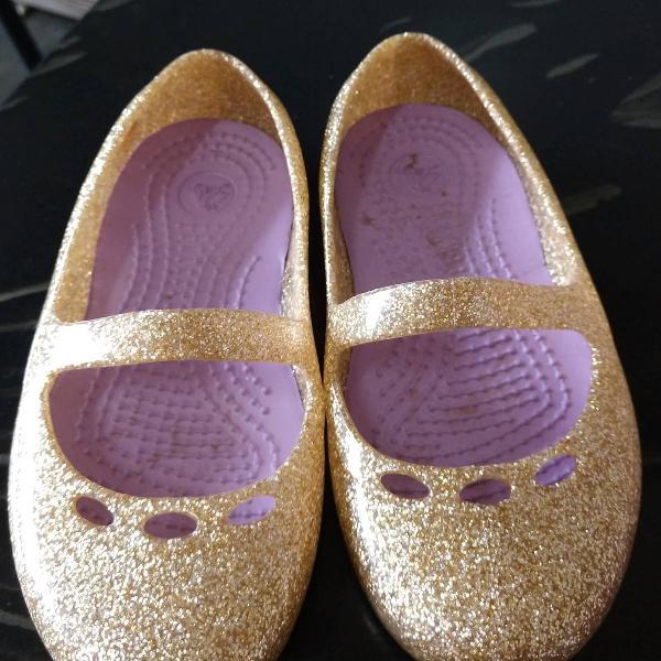 Sapatilha crocs dourada