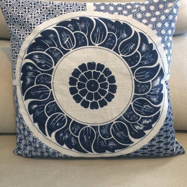 Almofada lisa mais capa estampa geométrica creme e azul
