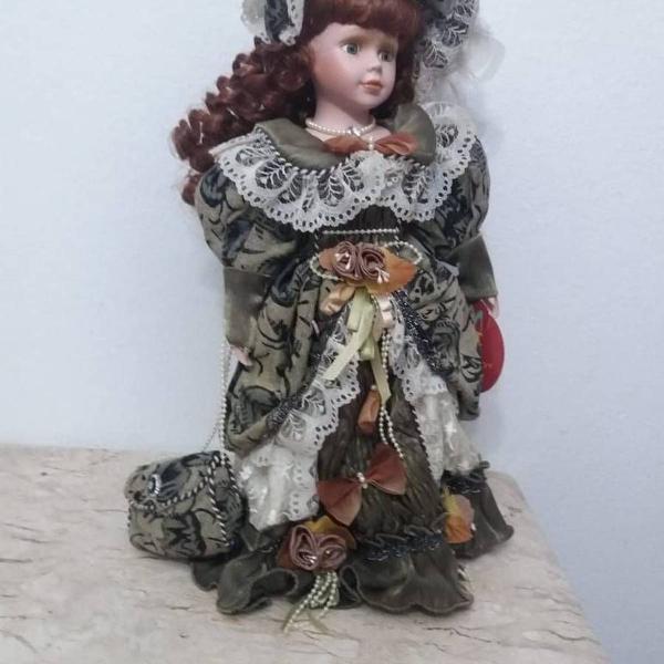 Linda boneca de porcelana de coleção