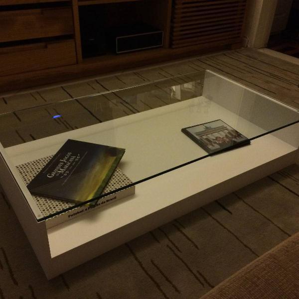 Mesa de centro branca com tampo de vidro