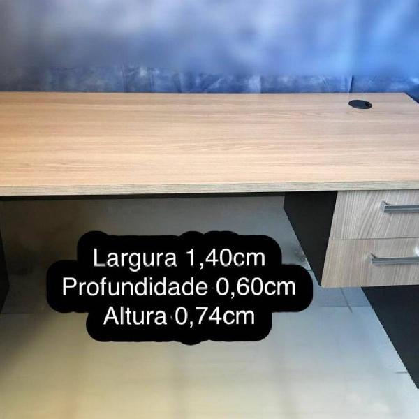 Mesa de escritório com gavetas em madeira