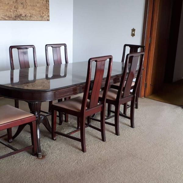 Mesa em perfeito estado com 6 cadeiras