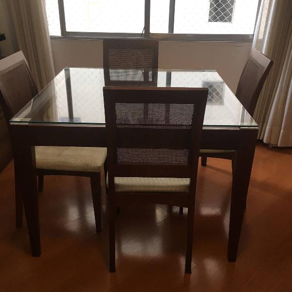Mesa quadrada com quatro cadeiras em ótimas condições