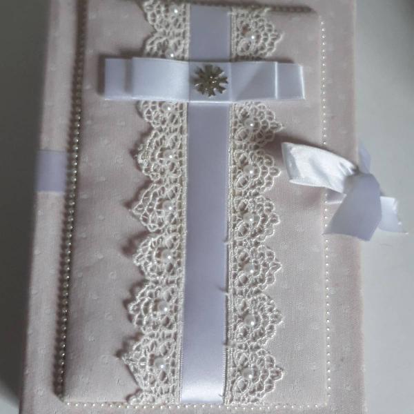 Caixa presenteavel com livrinho de oração e terço