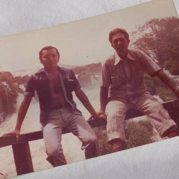 Fotografia antiga anos 70 amigos nas cataratas do iguaçu