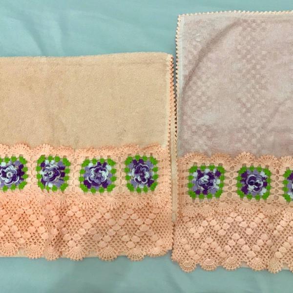 Jogo de toalhas bordada em crochê