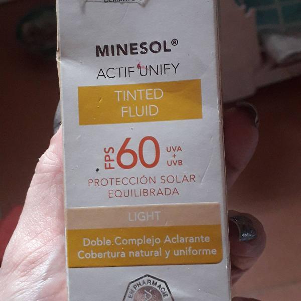 Protetor solar com cor roc minesol