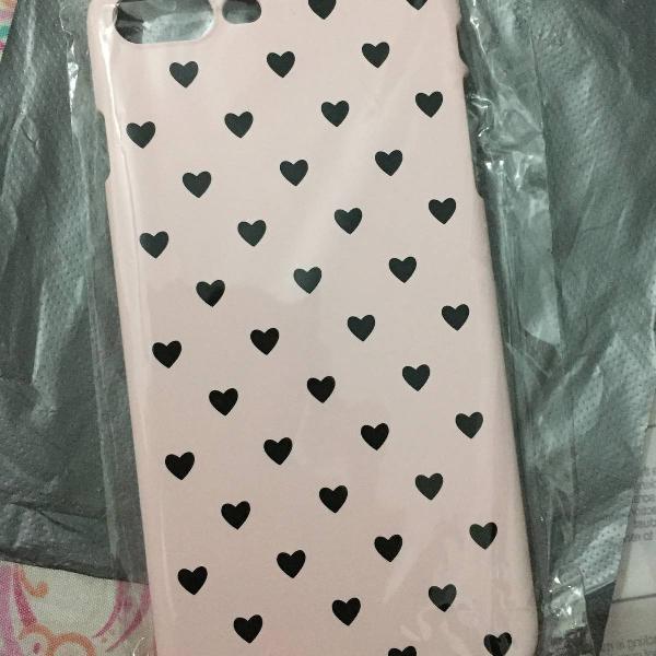 Case rosa clara com detalhes de corações preto para iphone