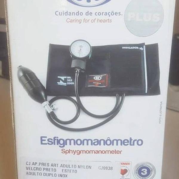 Esfigmomanômetro e estetoscópio