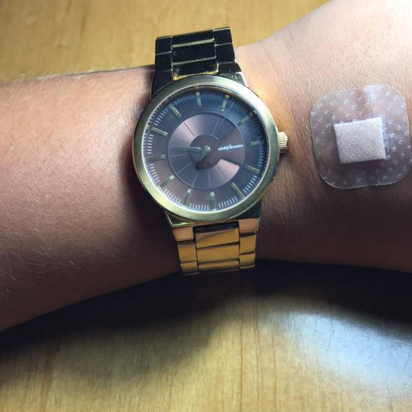 Relógio lindo dourado.
