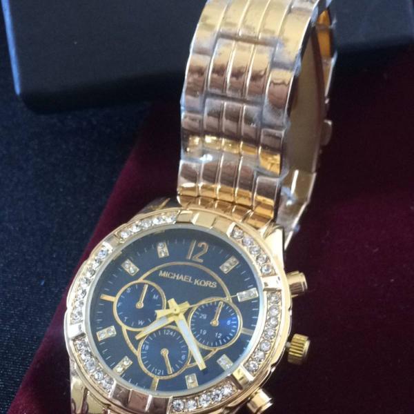 Relógio analógico feminino mk dourado com fundo azul