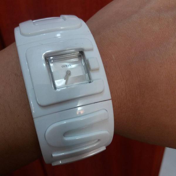 Relógio bracelete branco guess