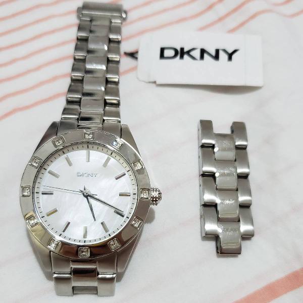 Relógio dkny prata com fundo madrepérola