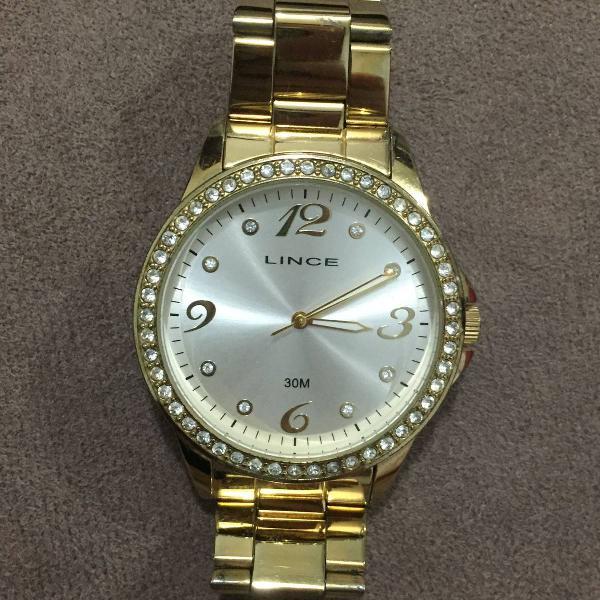 Relógio dourado com brilho
