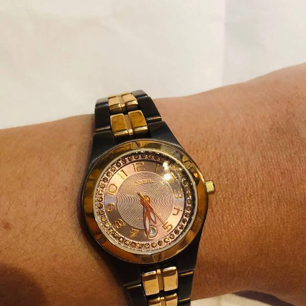 Relógio fóssil marrom e dourado