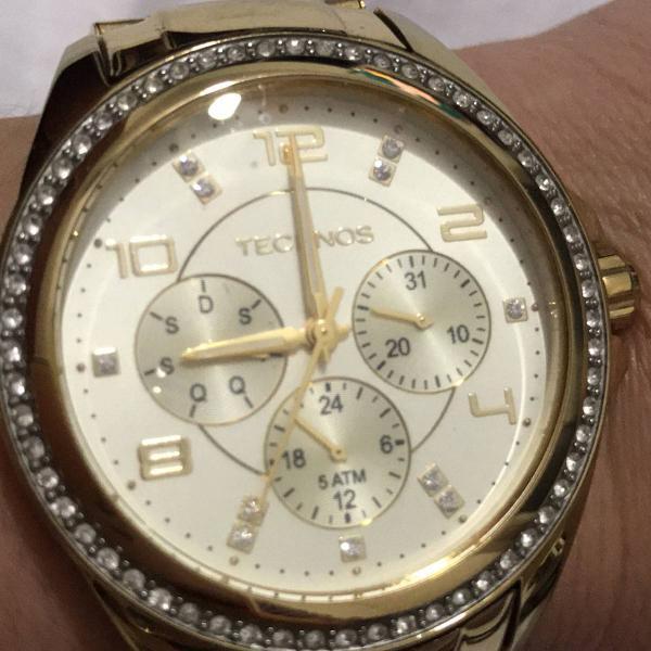 Relógio muito novo dourado, com caixa rodeada de