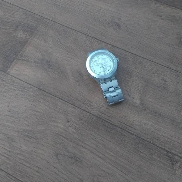 Relógio prateado