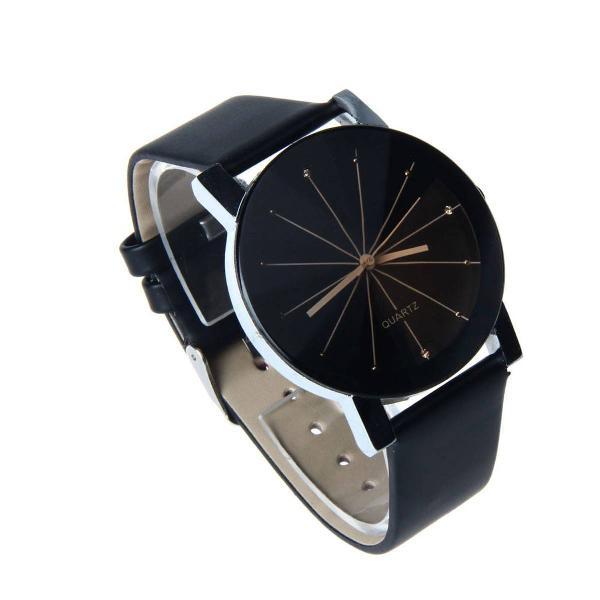 Relógio preto com detalhe dourado