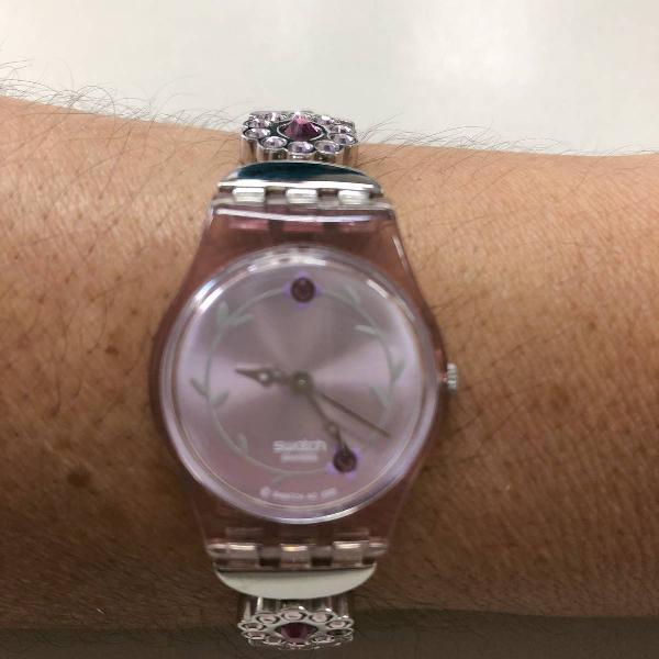 Relógio swatch rosa com cristal swarovski