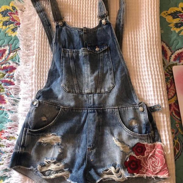 Jardineira jeans pra curtir o verão numa boa