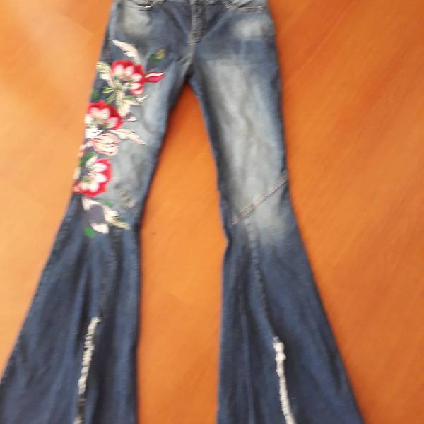 Jeans com bordado floral moikana