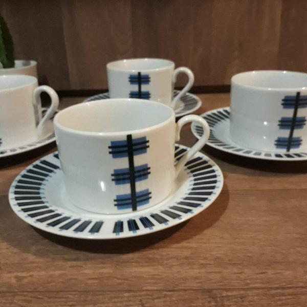 Conjunto de xícaras em porcelana.