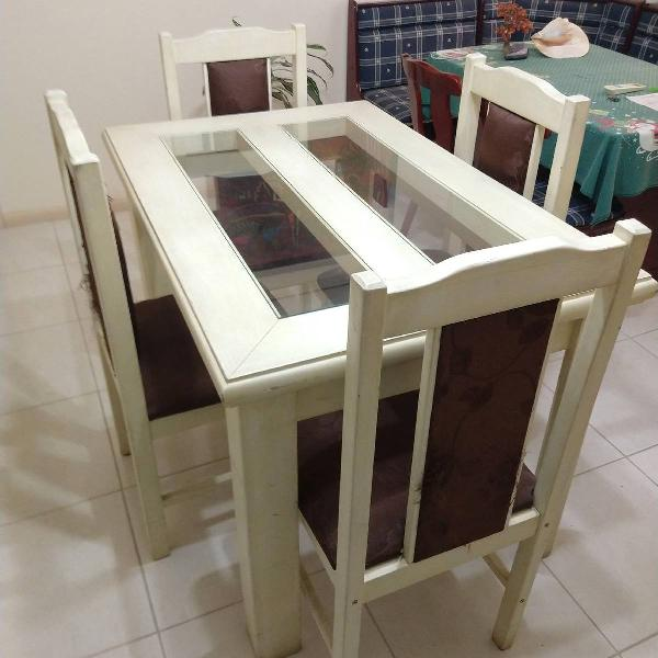 Mesa de madeira com 4 lugares