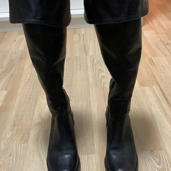 Bota over the knee ou cano longo, pode ser usado dos dois
