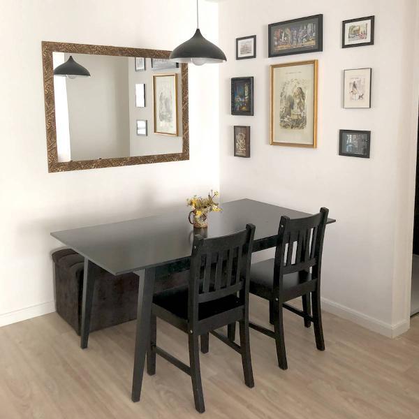 Mesa e duas cadeiras pretas
