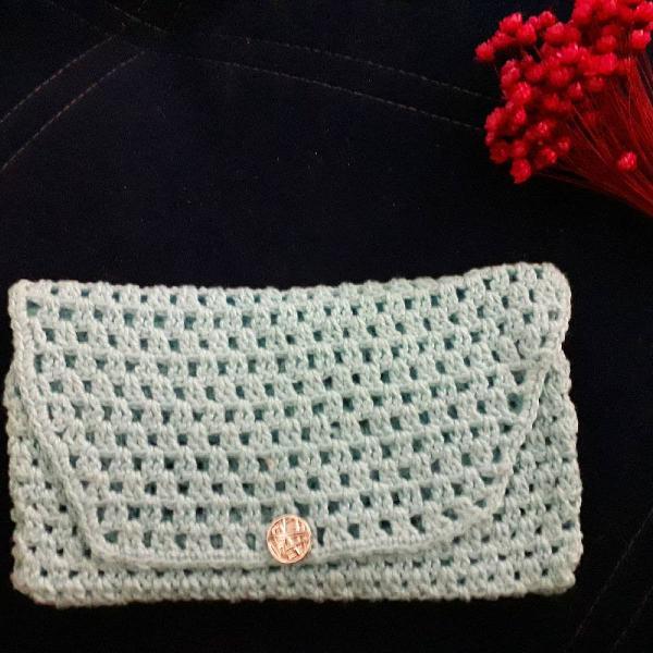 Carteira de mão de crochê azul bebê