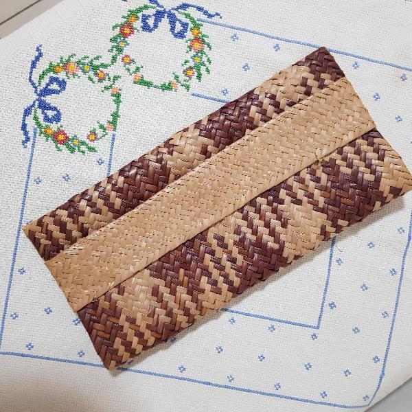 Carteira de palha artesanal bege e marrom