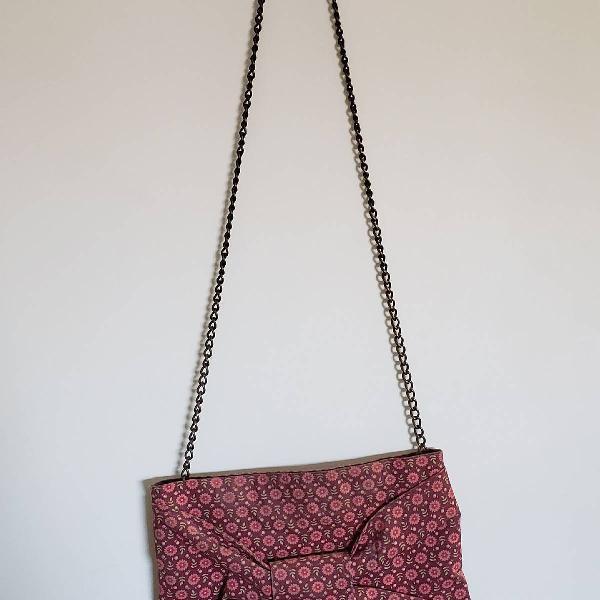 Bolsa com estampa floral e alça de corrente