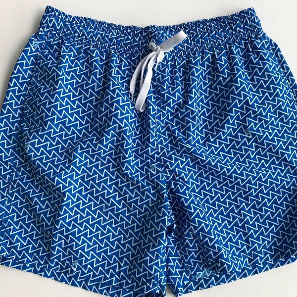 Bermuda masculina estampa geométricas azul e branco