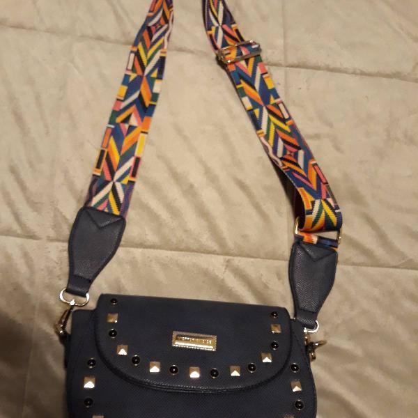 Bolsa azul com alça colorida e geométrica