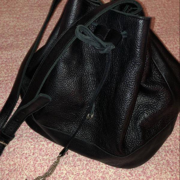 Bolsa preta couro tipo saco via mia