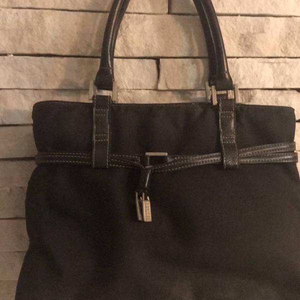 Bolsa preta de tecido com detalhes em couro preta