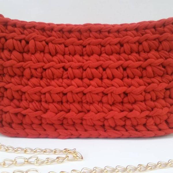 Bolsa retangular de crochê vermelha.