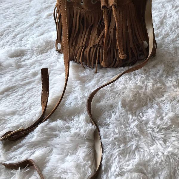 Bolsa saco em couro e franja caramelo estilo boho