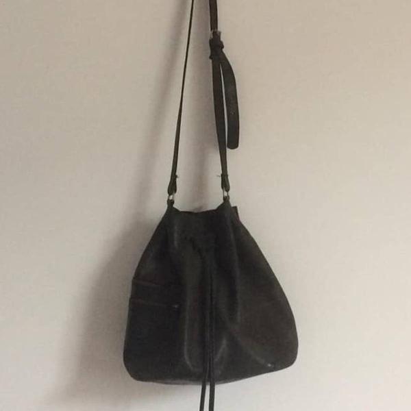 Bolsa saco em couro envelhecido da via mia na cor preta